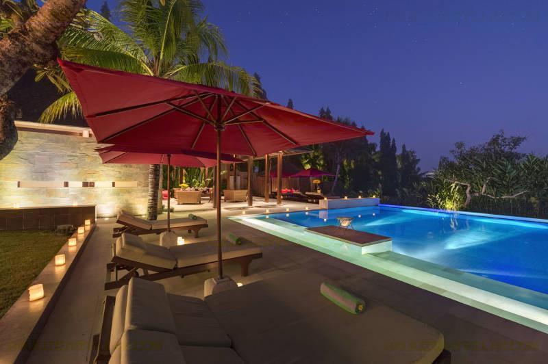 Villa Astika Toyaning största Pool i skymningen