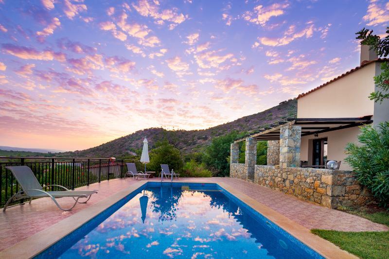 private Villa, private pool, Hotel service, village, beach, mountain CRETE PUR!, holiday rental in Melidoni