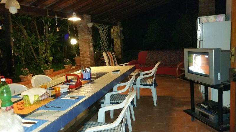 il tavolo sotto il patio