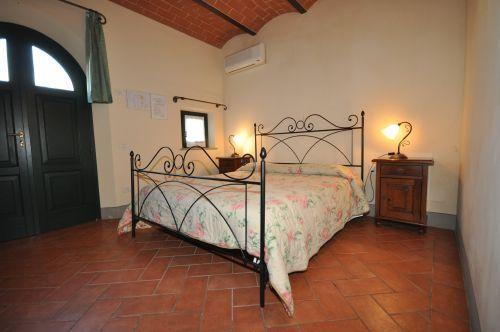 Double bed, bathroom with shower, separate entrance, outdoor garden with tables and chairs
