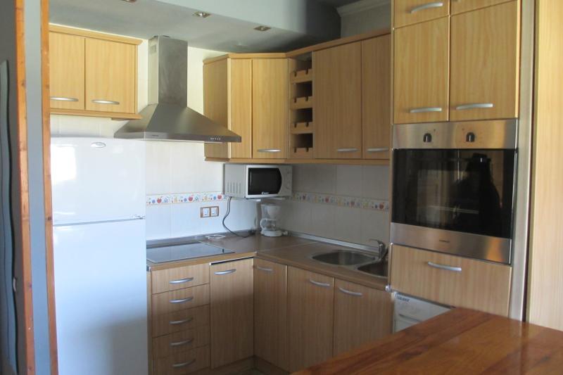 cocina equipada con horno, micro, cafetera, nevera grande, vitrocerámica 4 fogones