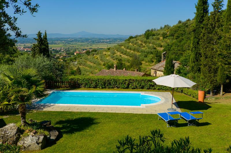 Villa le Celle del Farinaio: Tuscan home with stunning valley views, swimming pool and trampoline, sleeps fourteen, Ferienwohnung in Cortona