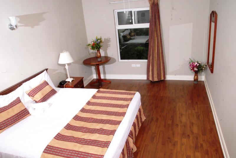 King-bed in 1-bedroom suite