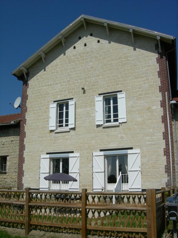 Sicht: Haus der vor mit den privaten Garten mit Blick auf Süd-Terrasse und Gartenmöbeln und BBQ