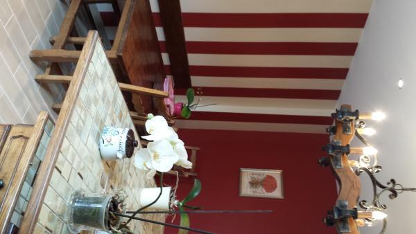 Küche mit Tisch Farm mit Bank und Stühlen Holz - freundliche Atmosphäre.