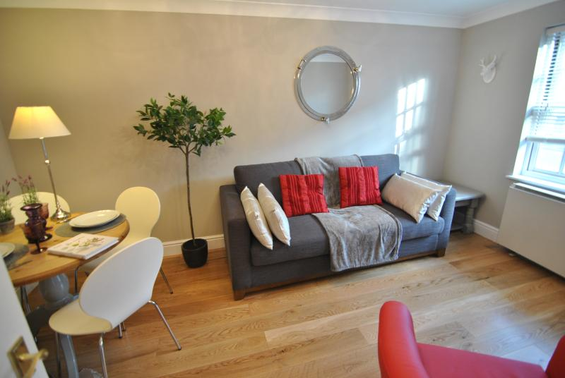 1 Wessex Court by Accommodation Windsor Ltd, holiday rental in Windsor