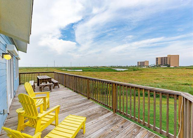 Coveted Lost Colony Charmer | Private Boardwalk Beach Access | On-site Pool, alquiler de vacaciones en Port Aransas