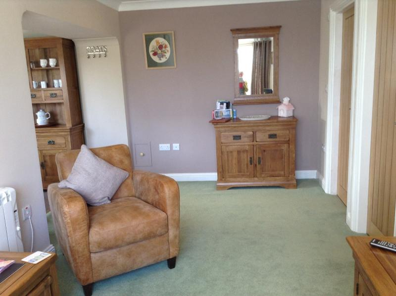 Lounge com vista a partir da grande janela na sala de estar