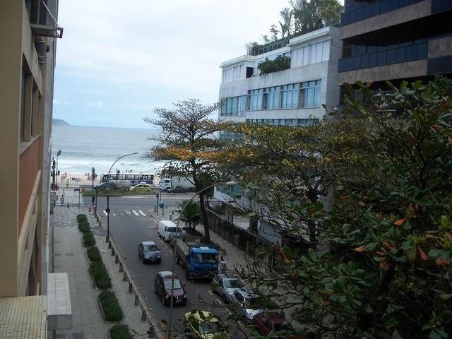 A poucos metros da praia e com vista do mar