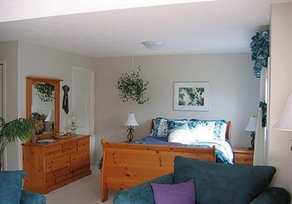 Pine Sleigh Suite: Charming and comfortable queen size bed with full ensuite bathroom.