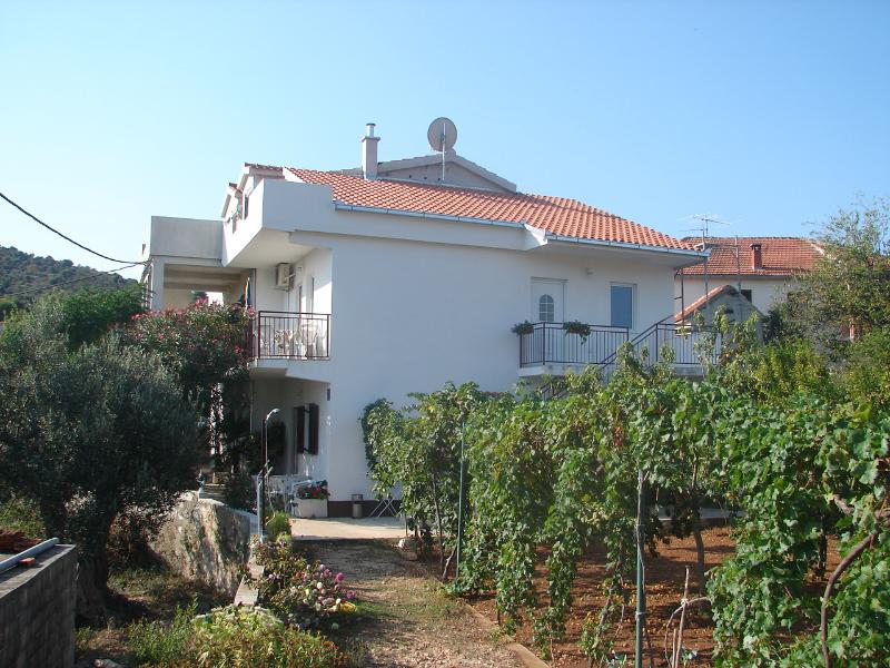 Vinisce Apartment Sleeps 3 - 5406473, vacation rental in Vinisce