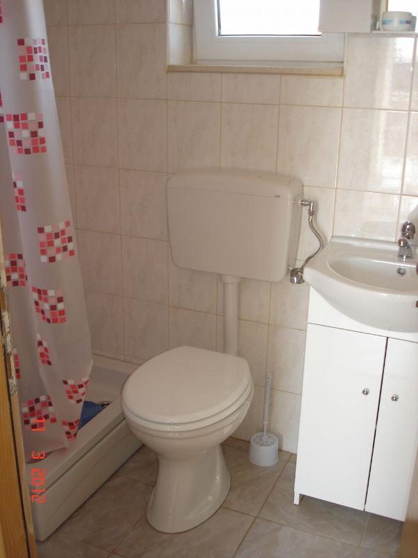 H (8 + 2): baño con inodoro