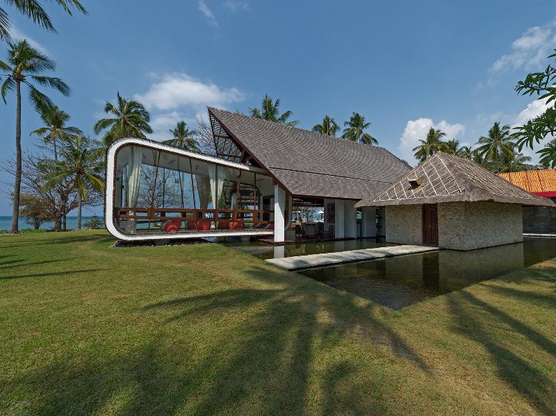 Villa Sapi - Entertainment room view from garden