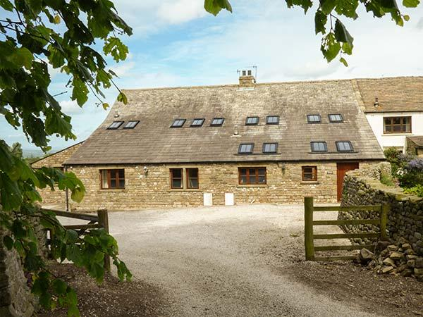 USHERWOODS BARN, pet friendly, luxury holiday cottage, with a garden in Tatham, vacation rental in Wennington