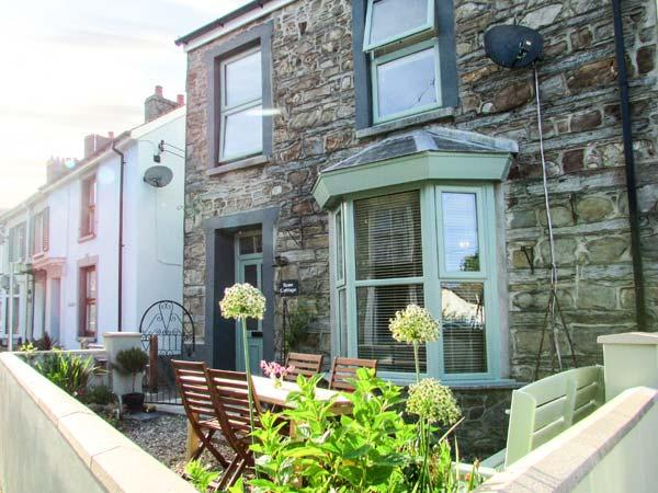 ROSE COTTAGE, end-terrace, open plan living area, front and rear courtyards, in, holiday rental in Cilgerran