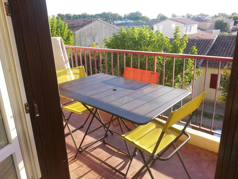 80m2tres lumineux proche CV parking prive securise, holiday rental in Nimes