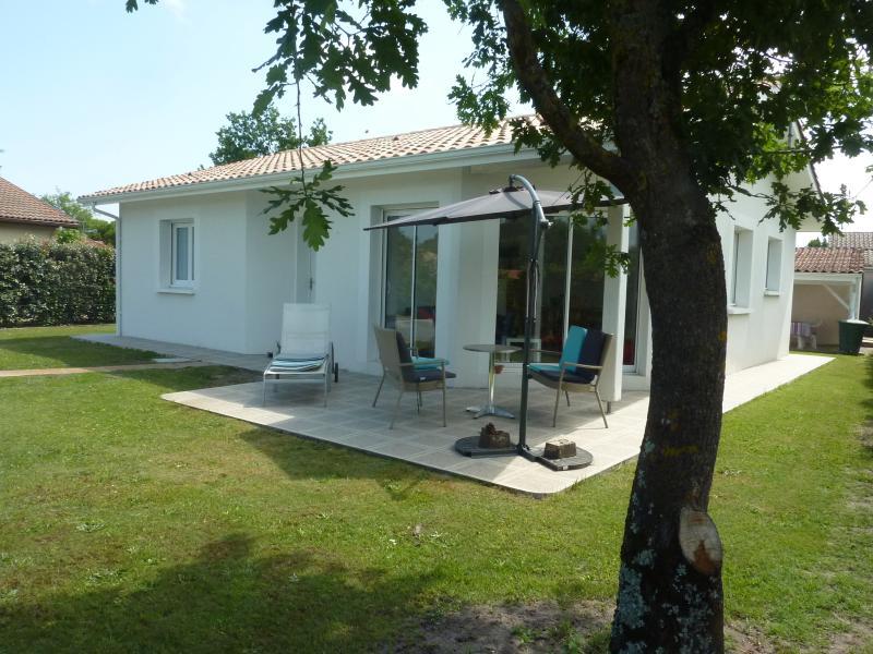 villa Hestia, jardin, salon de jardin, au sud-ouest et à l'arrière de la maison table chaises
