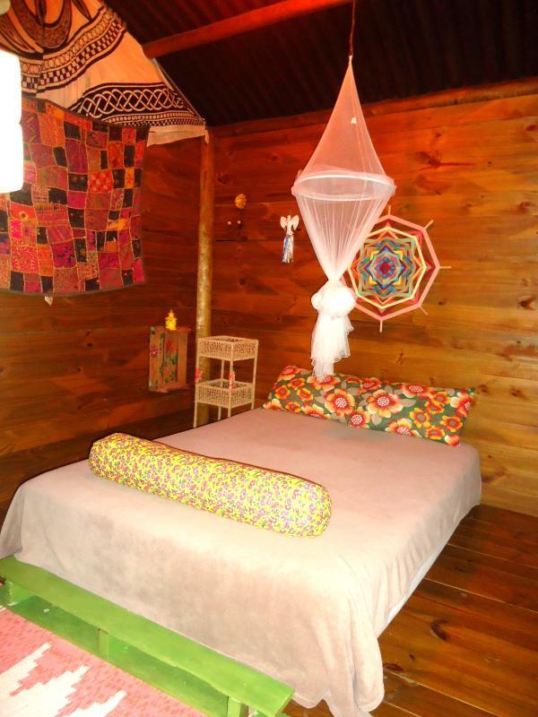 Bangalo, roupa de cama e banho incluso,ventilador,criado mudo,mosquiteiro,quatro travesseiros.