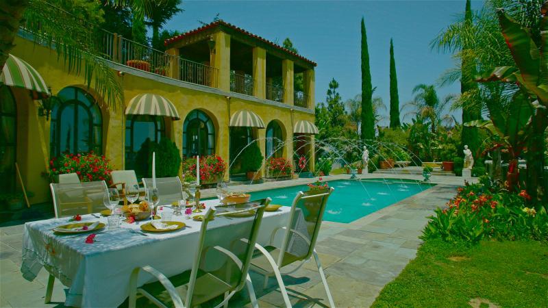 LA maison d'hôtes fait face au sud à travers la piscine. Los Feliz location de vacances avec jardin. Airbnb.