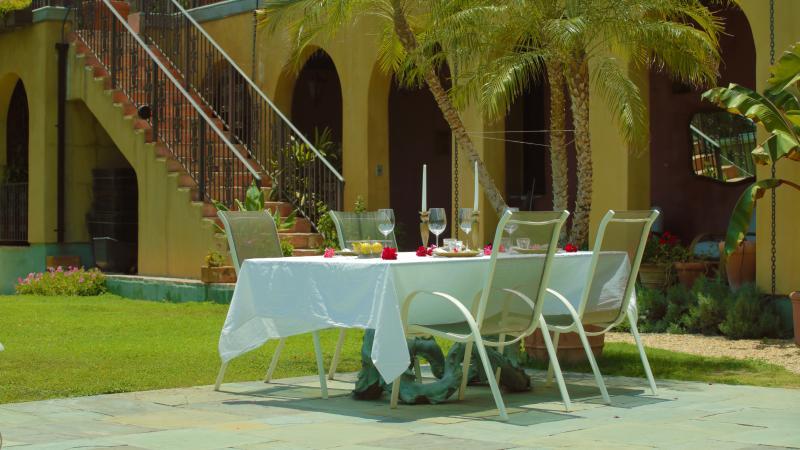 table à manger en bord de piscine. El fresco à ce Los Angeles Location de domaine privé. Emplacement du Film.