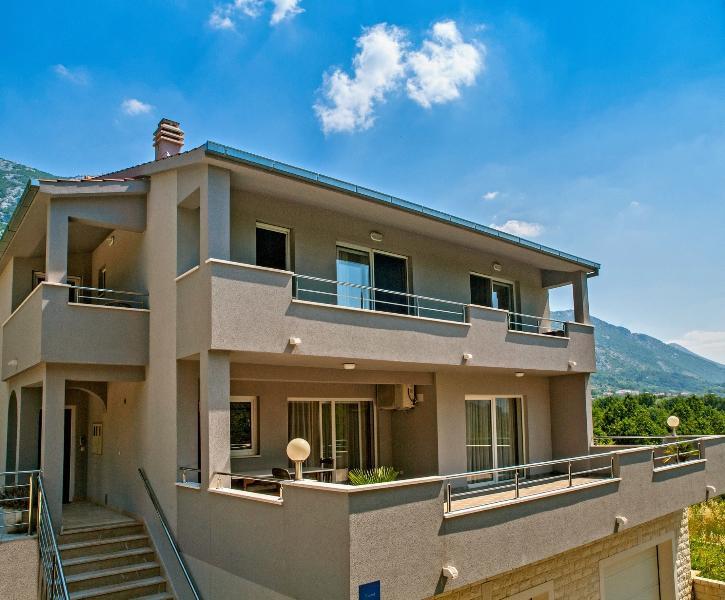 Appartements VILLA ANTONI, tout étage et la piscine supérieure derrière la maison est juste pour vous