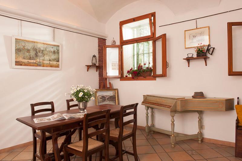 sala de estar amplia y acogedora, ideal para relajarse después de hacer turismo en la ciudad.