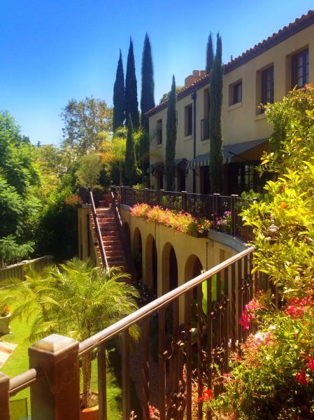 Des jardins luxuriants qui fleurissent toute l'année. Viva Californie. Italienne location de villa dans les collines de Hollywood.