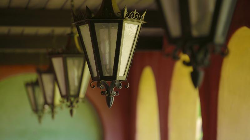 Lustres lumière la loggia menant à la maison d'hôtes. Ceci est votre porte d'entrée privée.