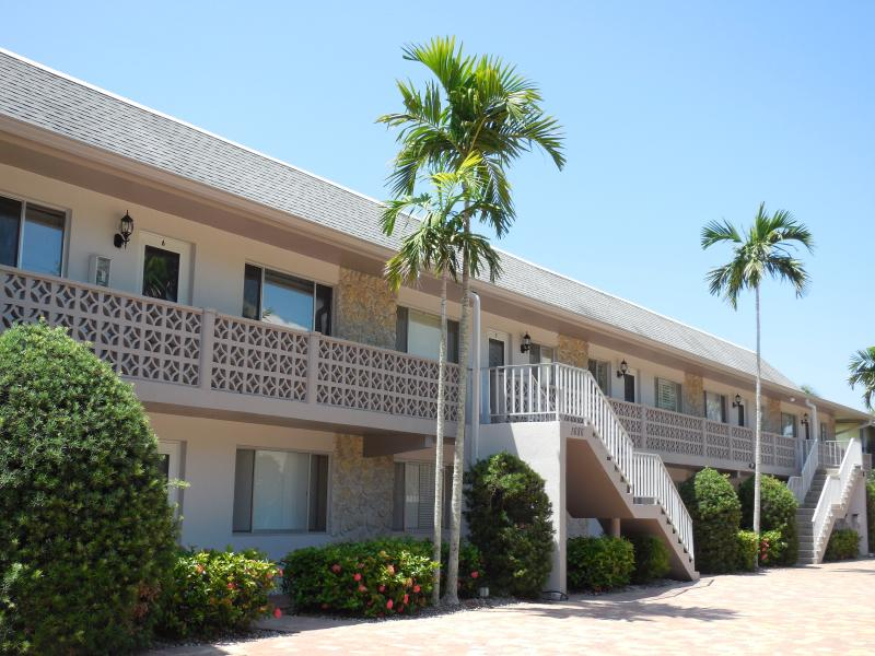We are a small quiet building located within walking distance to 5th Ave in beautiful downtown Naple