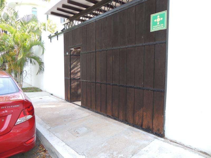 Entrance to building, pleanty of safe parking space on the street