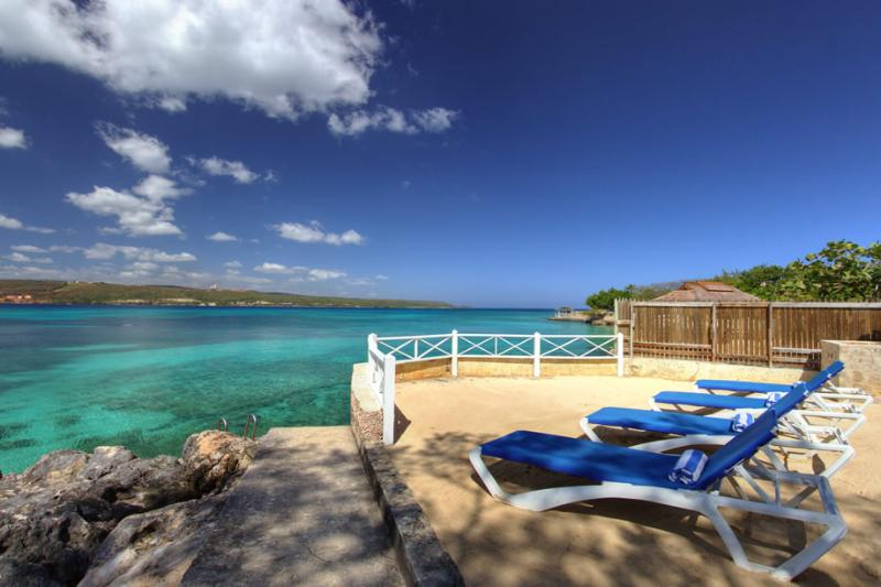 WATERFRONT! STAFF! SNORKELLING! FAMILY! PLUNGE POOL!Sea Haven - 4BR, vacation rental in Discovery Bay
