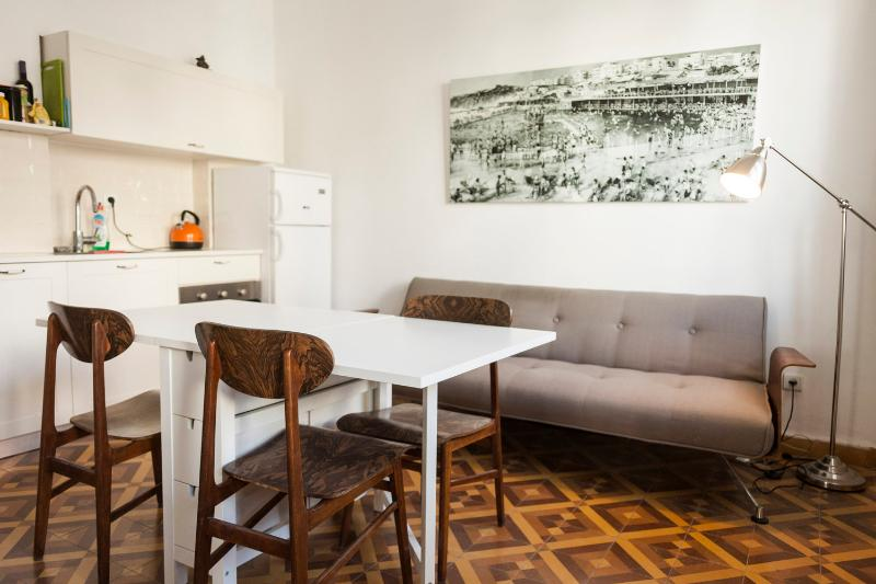 hayarden 14 - 2 bedroom with balcony, holiday rental in Tel Aviv