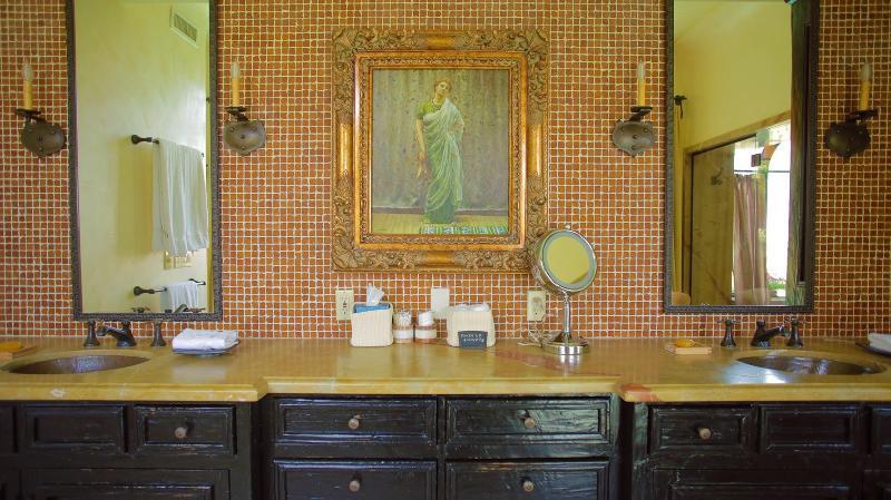 bain de luxe w / puits de cuivre, comptoir en marbre, des murs de tuiles et sol en pierre. Los Feliz hôtel spa.