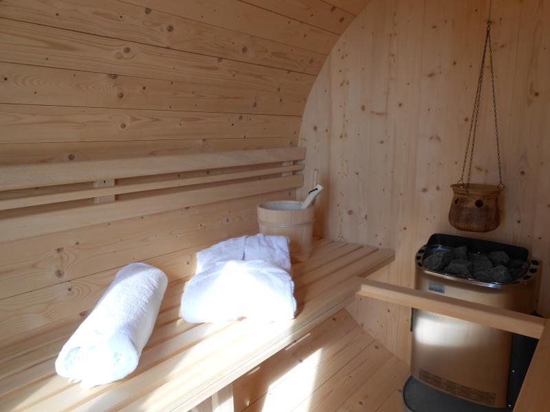 Le sauna baril avec une longueur de base de 2, 06 m offre l'espace pour 2-4 personnes