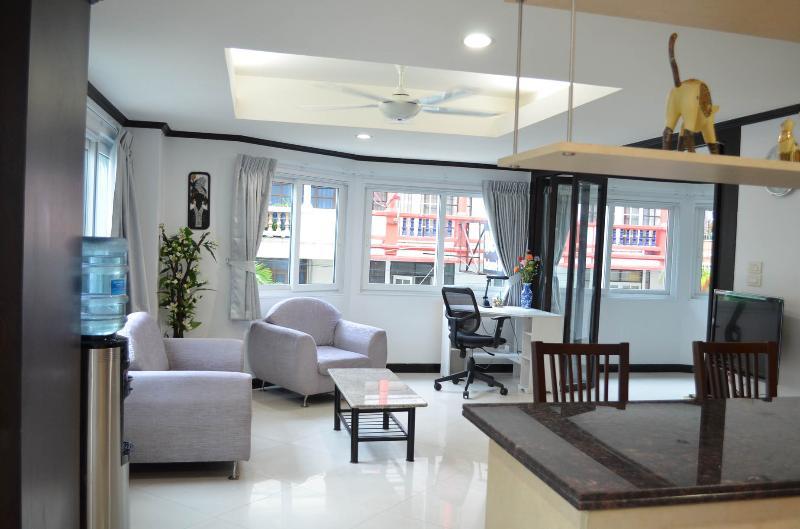 view into the livingroom from the frontdoor