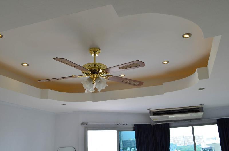 un gran ceilingfan con control remoto