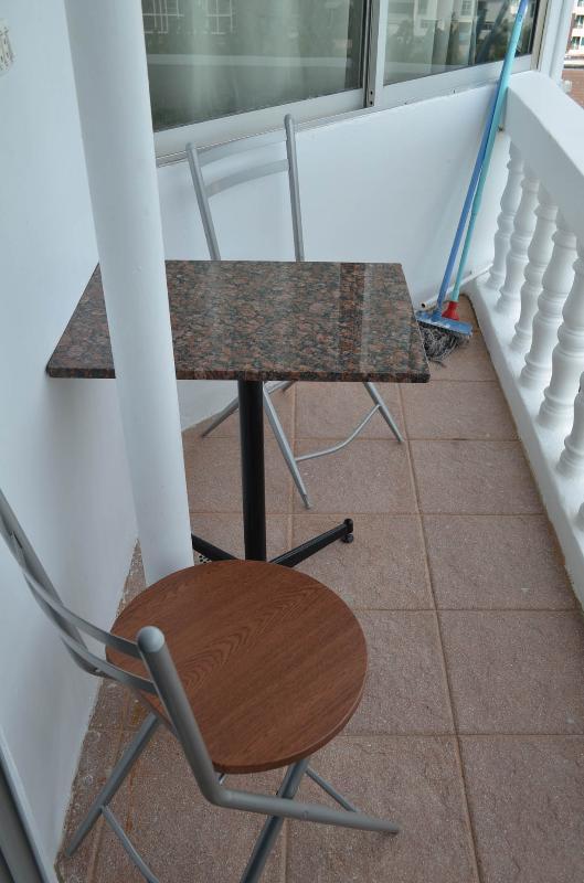 2 sillas y mesa en el balcón con espléndidas vistas al mar
