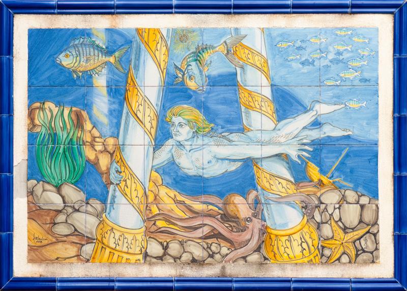 Pannello in ceramica in cui viene rappresentata la leggenda siciliana di COLAPESCE