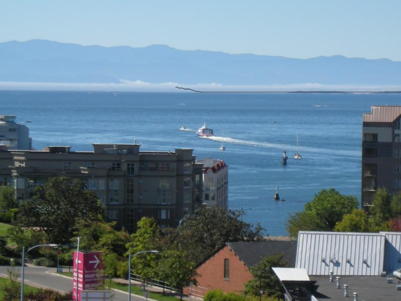 Beautiful Views - 10th Story Penthouse, holiday rental in Saanich