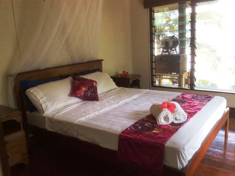 Cómoda cama matrimonial con ventiladores de techo... el tostador de café se quitará antes de su llegada.