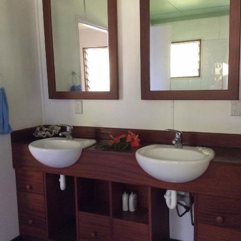Doble cuarto de baño y ducha muy grande /
