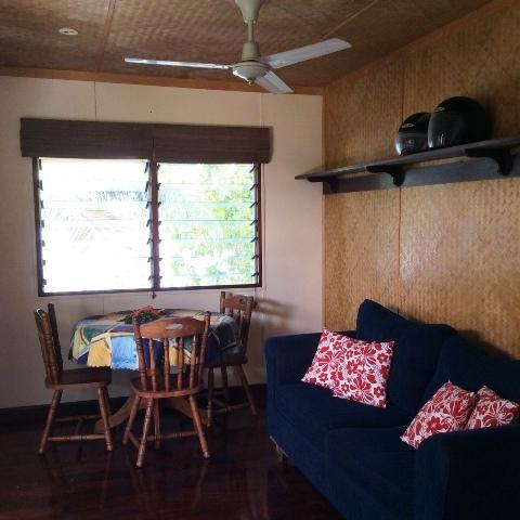 Salón pequeño con doble cama para pocas personas o una persona grandote.