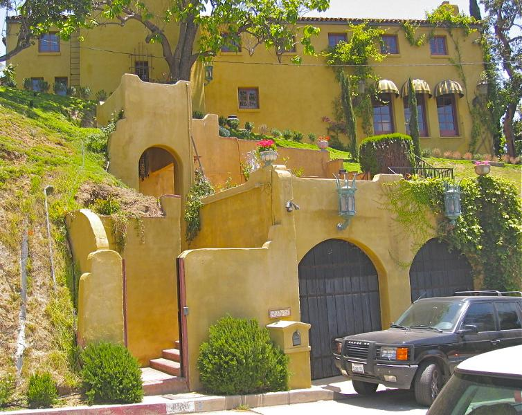 Vue des rues La Villa Sophia, une villa de style toscan historique à Los Angeles.