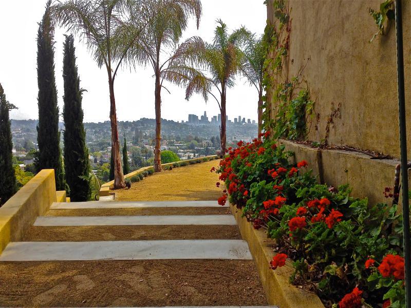 terrasse à flanc de coteau inférieur avec vue sur le centre-ville de Los Angeles.