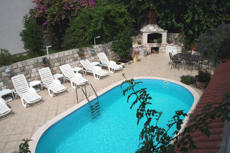 V1 Villa Leona 10 m from the sea with pool, alquiler vacacional en Zaton