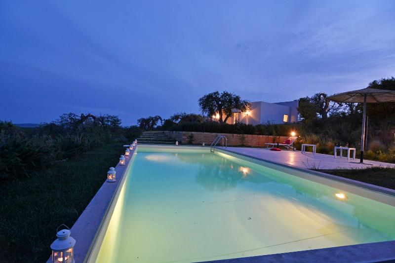 Villa Cavaliere-vista mare-piscina privata-prato all'inglese, alquiler vacacional en Noto