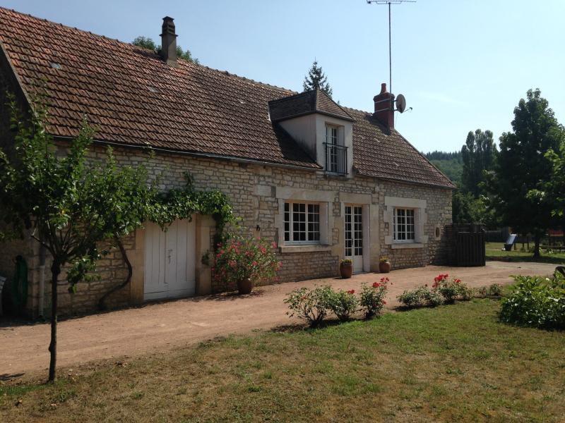 Maison agréable sur grand jardin à 100m de l'Yonne, location de vacances à Varzy
