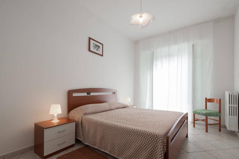 Ampio, luminoso, tranquillo appartamento Dogliani centro, vakantiewoning in Farigliano