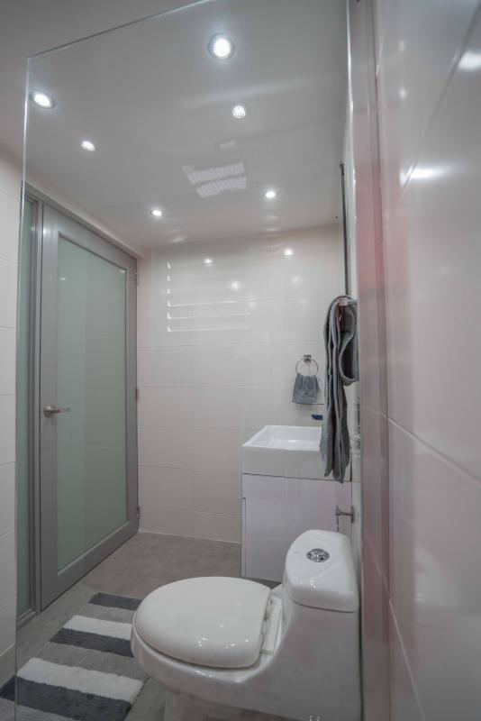Bagno in stile europeo con docce di vetro aperto