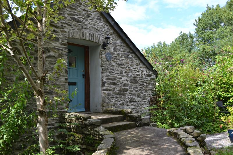 Red Kite Cottage at Coedmor Cottages - Cosy Rural Barn for Two With Super Views, vacation rental in Lampeter